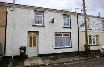 Beautiful three-bedroomed house for rent in Abercanaid with large family bathroom and private garden