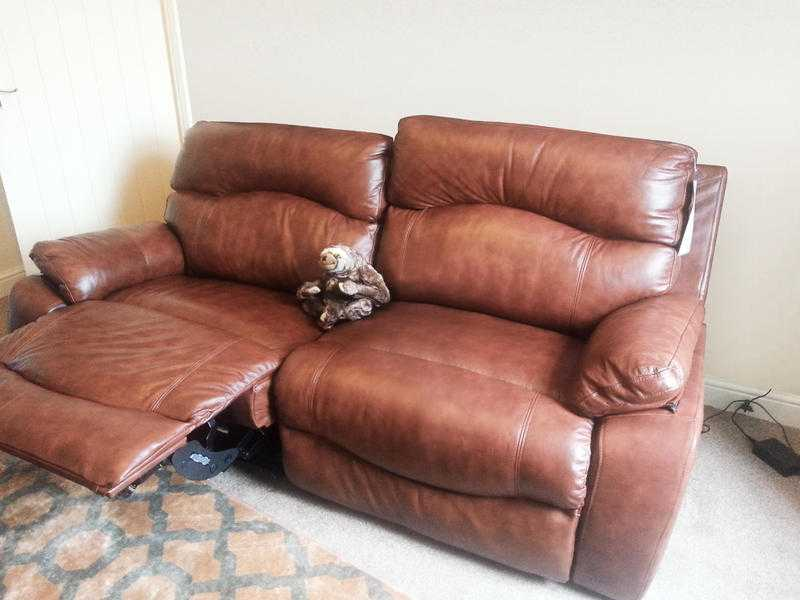 insignia sofology sofa - like new 3 seater amp single power recliner